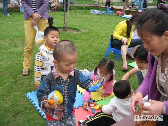 为庆祝六一国际儿童节,2007年6月2日上午由农科院幼儿园主办,农科院社区协办的庆六一献爱心义卖活动在农科院社区广场举行。此次活动得到了农科院各单位和各级领导的大力支持,同时我们积极联系了南京市红十字会,为金陵宝宝博爱基金捐款,用于帮助南京市014岁特困儿童家庭。出席活动的领导有周建农副院长、院行保处处长和综合服务中心总经理顾军处长以及南京市红十字会业务部的黄部长和周部长。   当天的活动在积极热烈的气氛中进行,特别是拍卖活动的环节把义卖活动推向了高潮,我们共拍出了四件拍品,其中由钱靖轩小朋